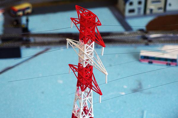 高圧鉄塔に電線を張る
