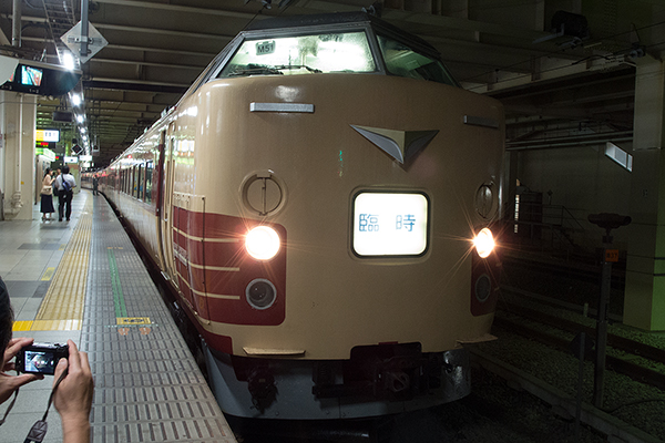 [★ 立川駅 8番線から発車する 八トタ M51 編成「鎌倉あじさい号」 ]