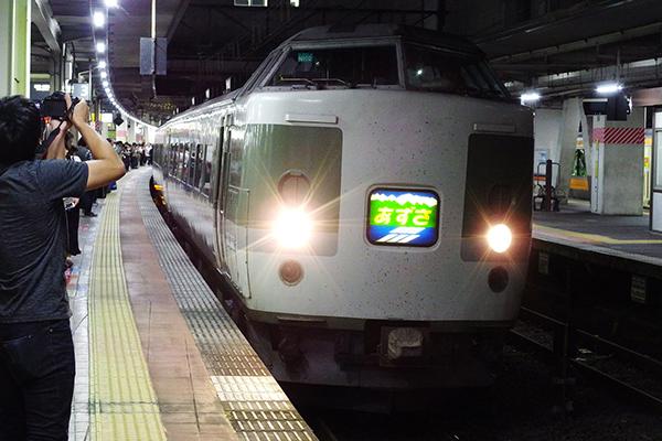 189系 N102編成 旧あさま色 あずさ 80号 立川駅 3番線