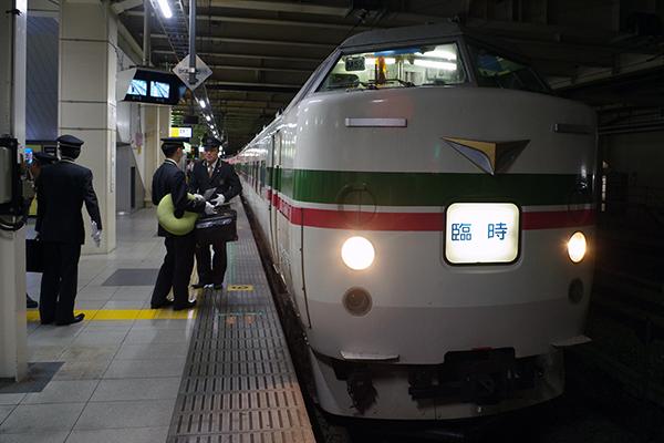 臨時 ホリデー快速あたみ号 豊田車両センター (八トタ) 189系 M52編成 立川駅8番線