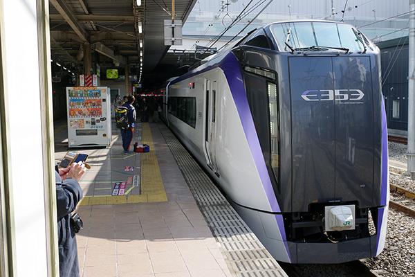 11M スーパーあずさ 11号 立川駅 6番線